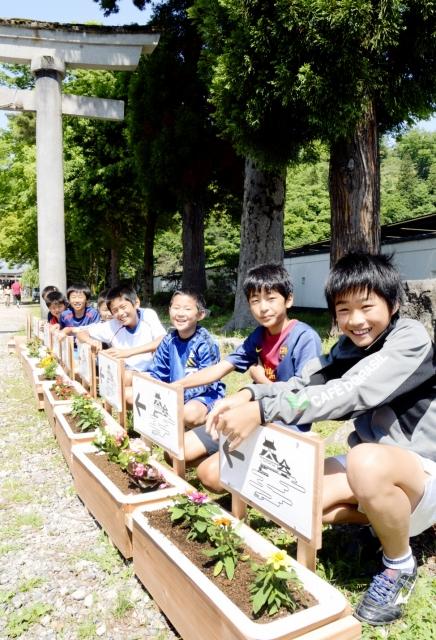 大野城への登り口を示す矢印付きのプランターを設置した子どもたち=17日、大野市城町の柳廼社