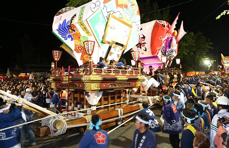 大勢の見物客の前で激しくぶつかり合う山車=富山市岩瀬白山町