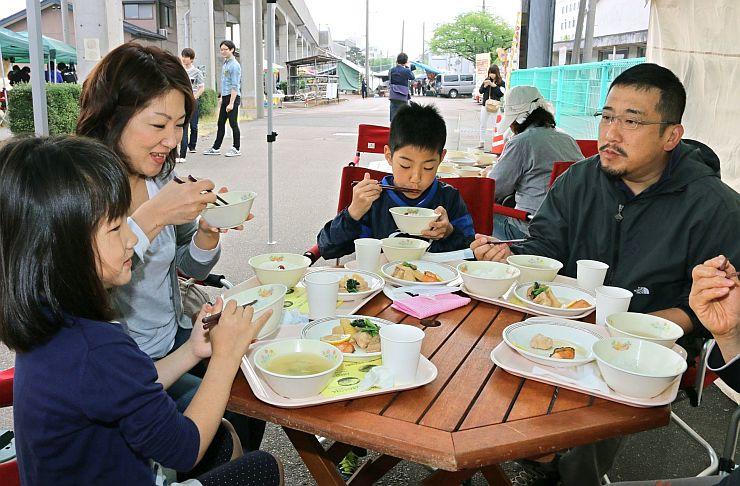 朝食を食べながら会話も楽しんだ「まちなかで朝ごはん」=17日、三条市元町
