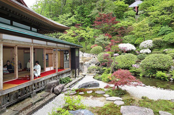 一般公開されている新緑が鮮やかな普済寺の庭園=村上市