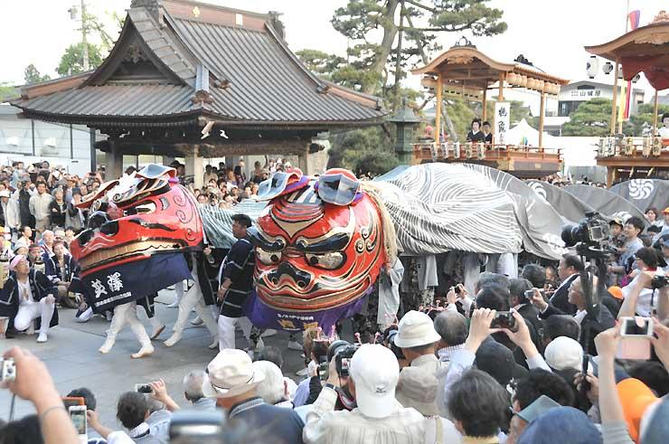 善光寺山門(三門)前で舞を奉納する篠ノ井大獅子。左が芝沢区、右が内堀区
