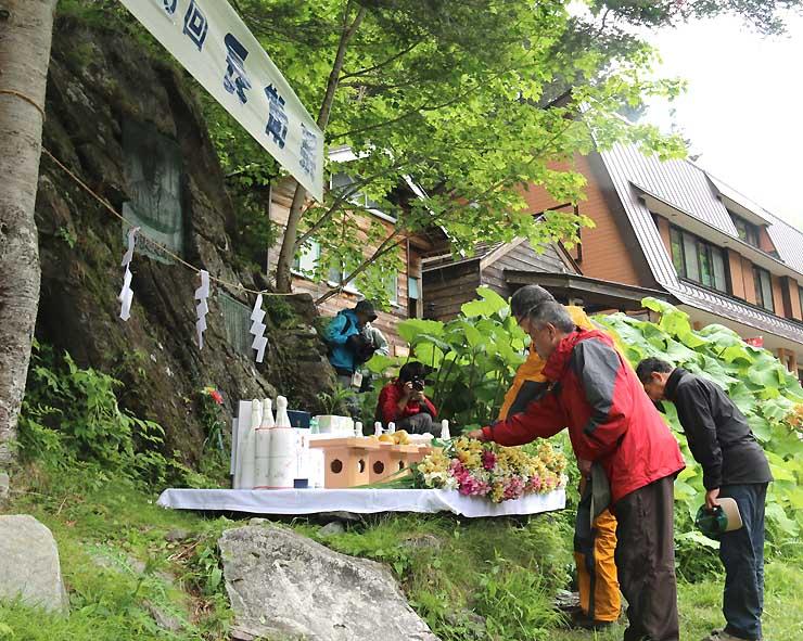 昨年6月の長衛祭で竹沢長衛の碑前に献花する参加者