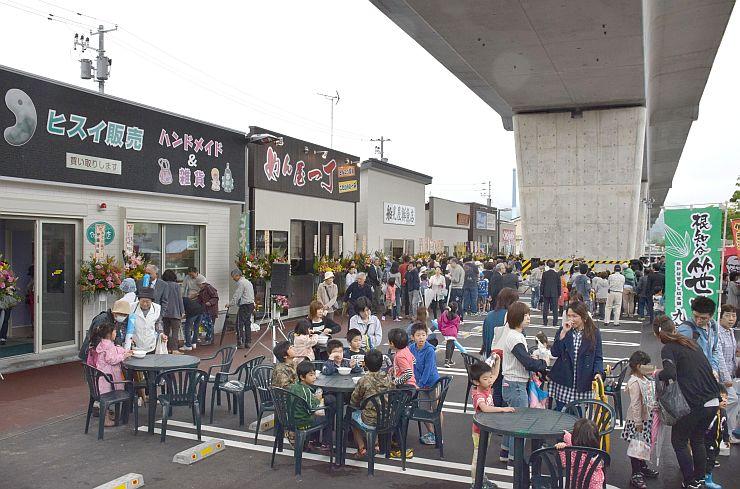 北陸新幹線高架下にオープンしたピアタウン青海=16日、糸魚川市