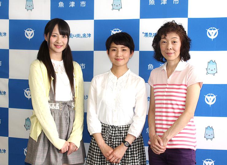 製作会見に出席した(左から)ぶらっくすわんさん、高田さん、竹内さん=魚津市役所