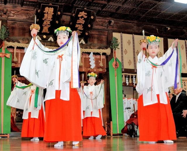 浦安の舞を奉納する女児=19日、福井県坂井市三国町山王6丁目の三國神社