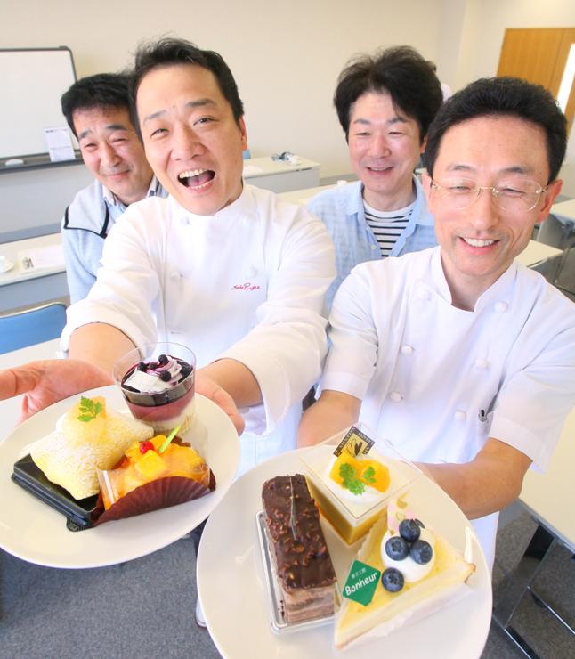 空中カフェで提供するスイーツを紹介する参加店の代表者ら=北日本新聞砺波支社
