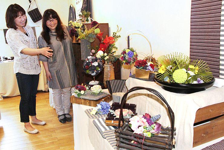 後藤素子さん(右)と高橋真由美さんが開いた花と布小物展=19日、新潟市江南区