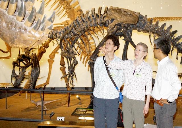 恐竜の骨格展示などを見学するテルファーさん(右から2人目)=21日、福井県勝山市の県立恐竜博物館