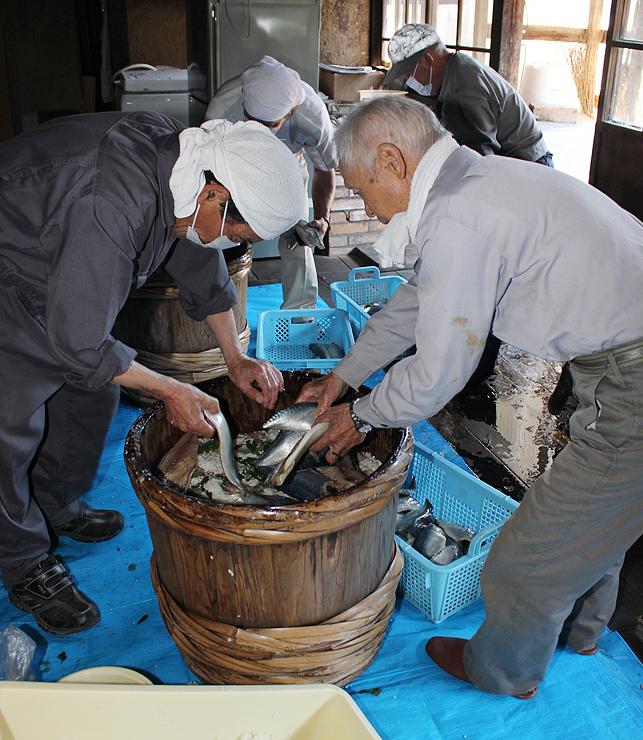 瑞泉寺でさばずしを漬け込む男性たち