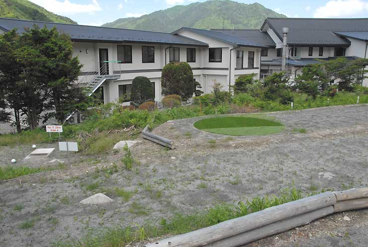 リニューアルオープンする「ねざめホテル」と、整備が進むマレットゴルフ場(手前)=21日、上松町