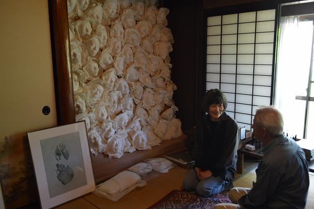 古民家でさまざまな国の作家の作品展を開く金さん(左)と窪田さん=高浜町高野の「観自庵」
