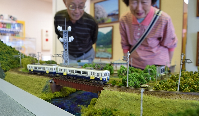 鉄道が走る風景を精巧に立体化した作品が並ぶ鉄道ジオラマ展=22日、福井市のベル