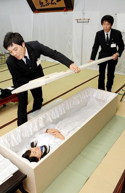 納棺体験で棺に入る女性=23日、福井県越前市京町2丁目の正覚寺