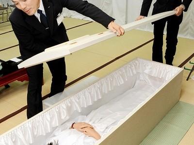 老若男女が納棺体験 越前市の正覚寺で催し