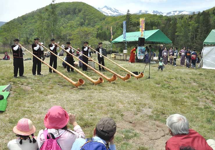 乗鞍岳を望む会場で、観光客らがアルプホルン演奏などを楽しんだ「すもも祭り」