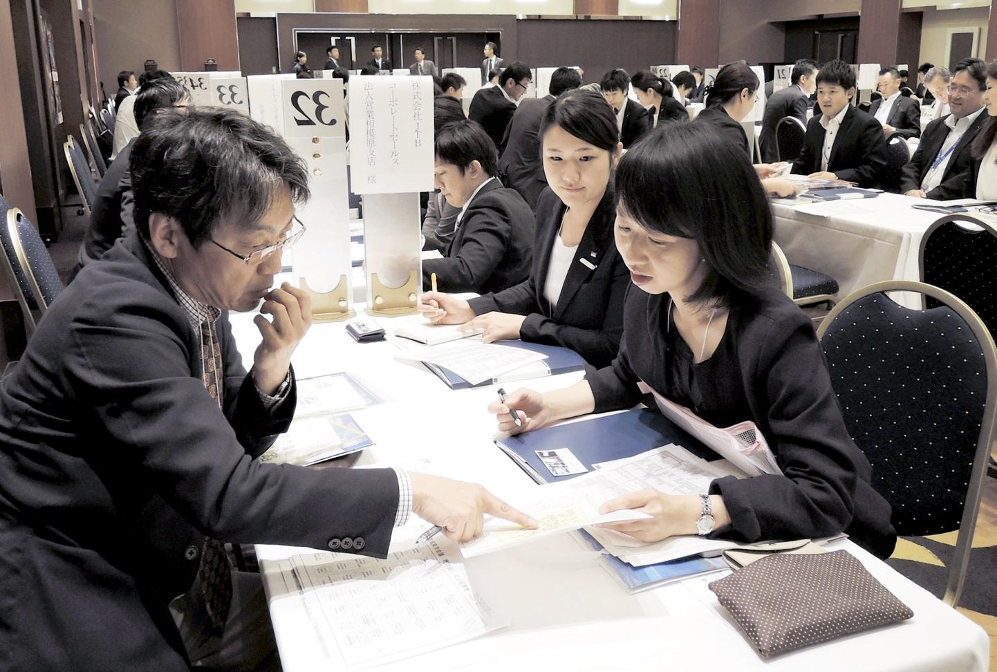 福井の観光プランについて商談を進める参加者=22日、東京都内のホテル