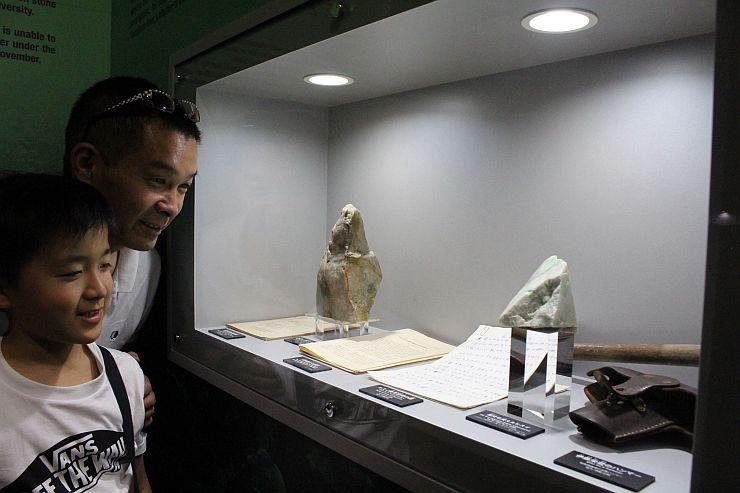 糸魚川市小滝で発見され、国内で産出されることを証明したヒスイ(手前)=24日、糸魚川市