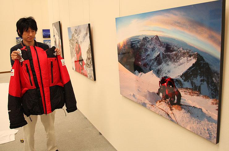 三浦さんの偉業を紹介する企画展で展示される写真やウエア