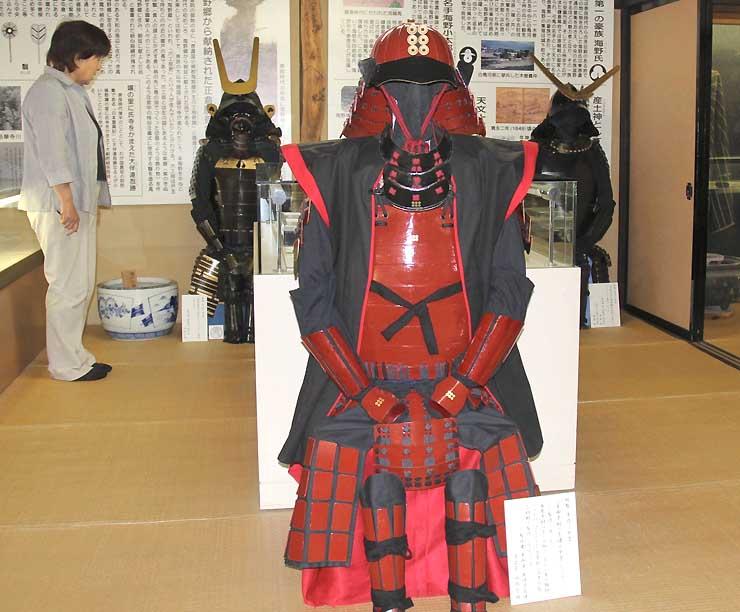 海野宿歴史民俗資料館に展示されている幸村(手前)、昌幸(奥左)、信之(同右)をイメージした甲冑