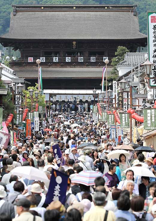 御開帳が最終週を迎え、平日にもかかわらず参拝者でにぎわう善光寺=25日午後2時11分、長野市