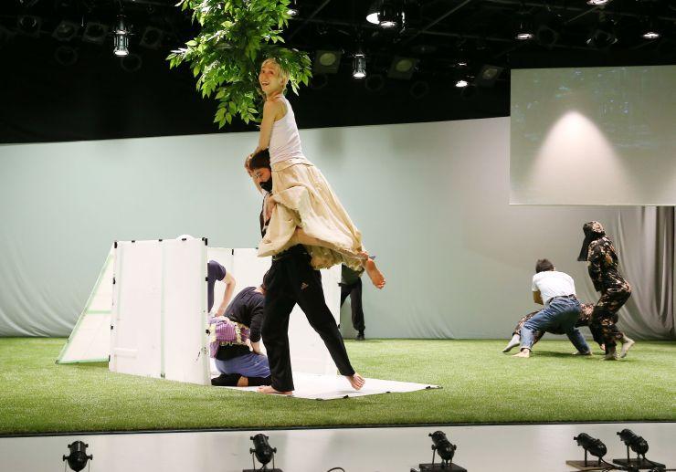 新作「箱入り娘」の公開リハーサルで演技する「Noism1」のメンバー=22日、新潟市中央区