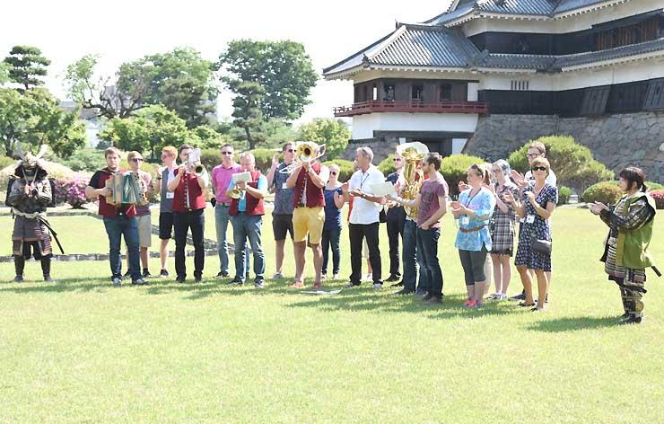 松本城本丸庭園でチロル民族音楽を演奏する訪問団