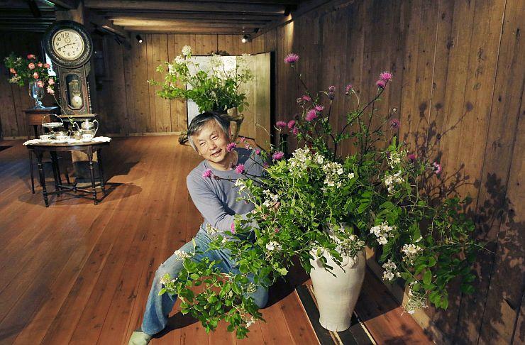 初公開される道具蔵で草花の手入れをする船木茂さん