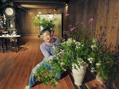 上越 保阪邸30日から公開 蔵と花調和の魅力 愛好家が生けた作品展示