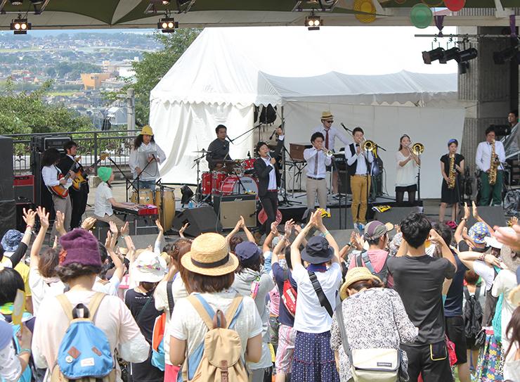 人気バンドや実力派シンガーらが出演した2014年のホットフィールド=黒部市の宮野運動公園