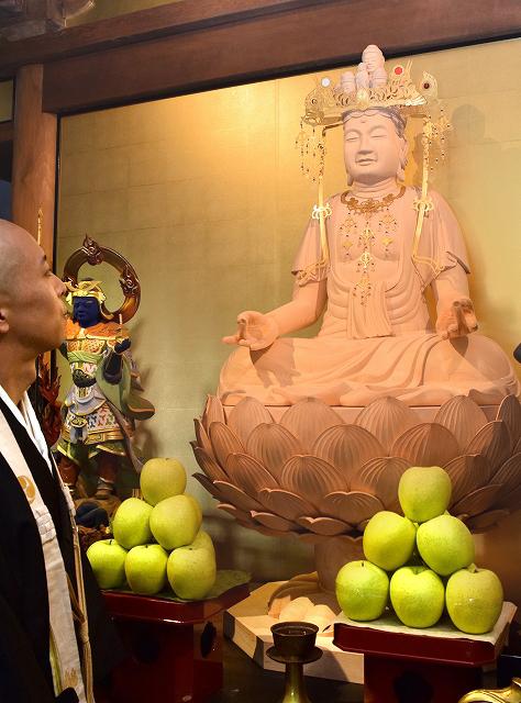 復元された本尊の袴掛観音=福井県敦賀市金ケ崎町の金前寺