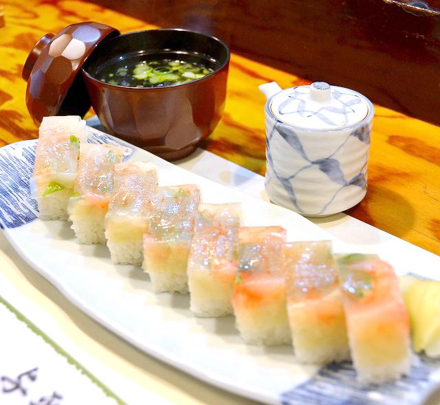 ぷりぷり食感の甘エビが、薄紅色に輝く押し寿司=福井県坂井市三国町の寿司割烹与平