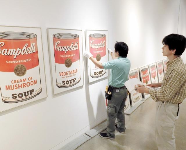 開幕を控え、次々と作品が展示される「アメリカン・ポップアート展」の会場=28日、福井市美術館