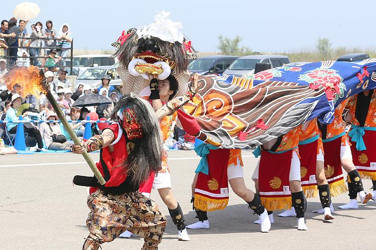 昨年の獅子舞競演会で大勢の来場者を魅了する出演者=新湊きっときと市場