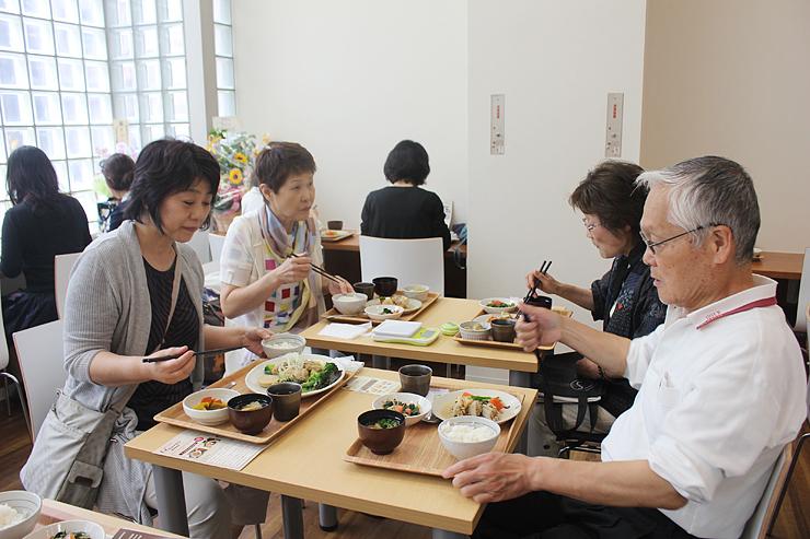 「街なか食堂Hourai」でヘルシーな定食を味わう来店客=富山市総曲輪