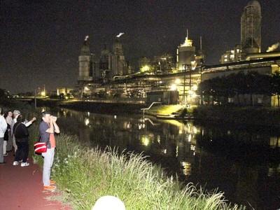 闇に光る蒸気、タンク、パイプ... 東区 工場夜景ツアー大盛況 「まるでSF映画」