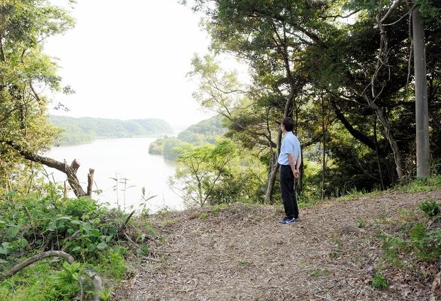 北潟湖の眺望も楽しめる地元住民らが復元した「馬場大路」=27日、福井県あわら市吉崎