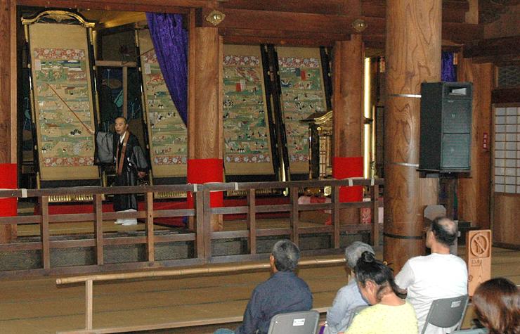 昨年7月に瑞泉寺で行われた絵解き説法。フォーラムでは太子絵伝の基礎から最新の研究成果までを紹介する