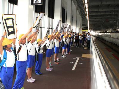 北陸新幹線に乗って校外学習 高岡・成美小6年生