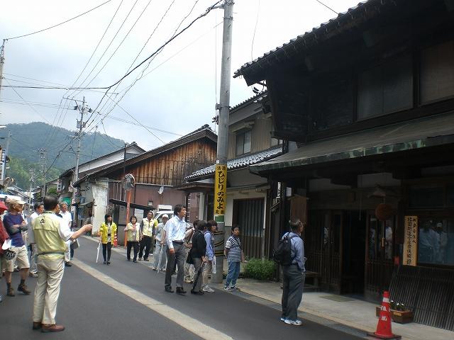 観光ボランティアの案内で今庄宿を散策する参加者=31日、南越前町今庄