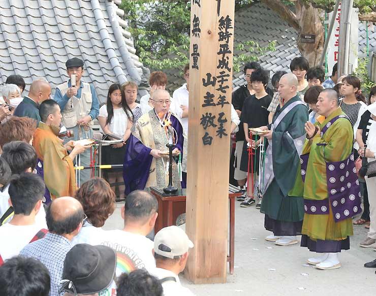 回向柱前で営まれた結願法要=31日、飯田市座光寺の元善光寺