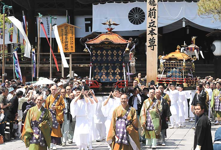 本堂を後にする前立本尊の御輿の行列=1日午後1時18分、長野市の善光寺