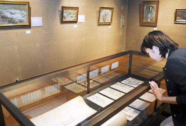 須田さんの絵画や手紙などが並ぶ作品展=福井県おおい町岡田の若州一滴文庫