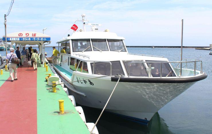 小木-石川・珠洲間の今季の運航を始めた高速船「あかしあ」=31日、佐渡市小木町