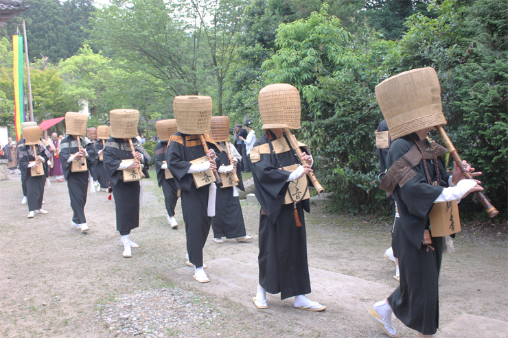 尺八を奏でながら歩く虚無僧=国泰寺