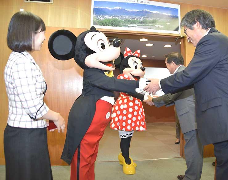 大町市役所を訪れたミッキーマウスとミニーマウス