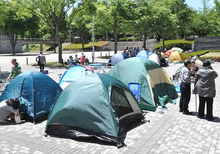 セイジ・オザワ松本フェスティバルのチケット発売を待つ人たちがつくった「テント村」=4日午後0時51分、松本市のキッセイ文化ホール前