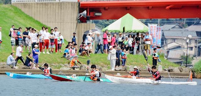 1艇のカヌーを乗り継ぎ競った昨年のカヌー駅伝大会の様子=2014年5月15日、あわら市の北潟湖