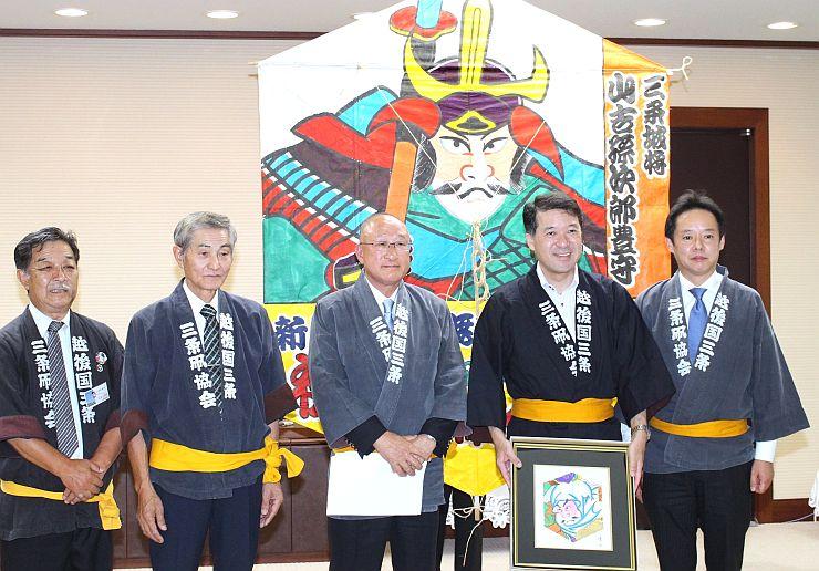 泉田裕彦知事に「三条凧合戦」をPRした三条凧協会の会員ら=4日、県庁