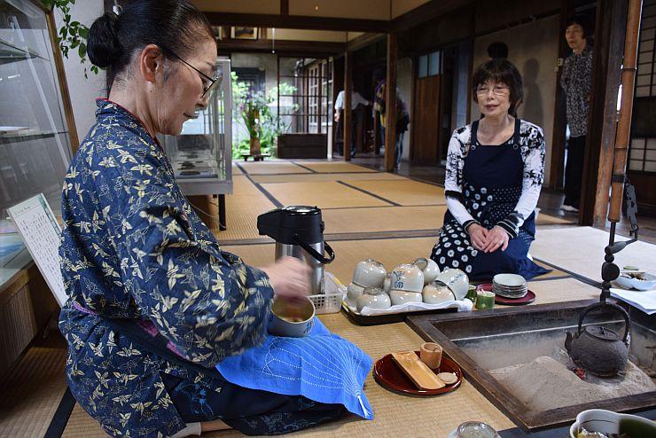 茶せんで泡立てて楽しむバタバタ茶=糸魚川市