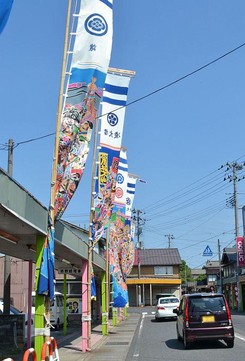 祭りを前に村松地区の商店街に掲げられたのぼり旗=五泉市